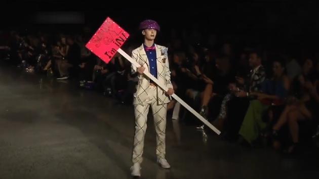 每个模特都手持一个大棍子,这种时尚,不懂你就OUT了