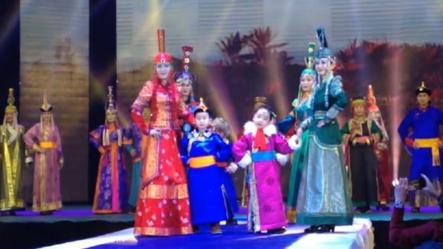色彩斑斓,感受阿鲁科尔沁蒙古族服饰文化协会服装秀
