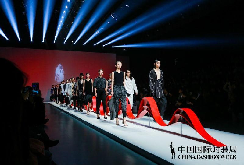 传承 融合 创新—— 广东大朗针织时装设计师黄刚HUANG GANG品牌新品发布会在京举行