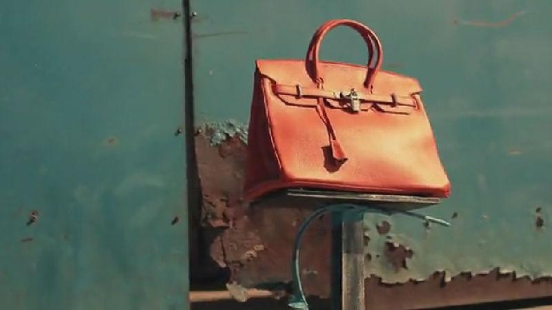 多名性感美女不顾姿态追逐一个包包