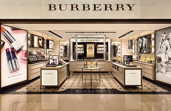 英国奢侈品牌Burberry时装秀呈现迥然不同风格